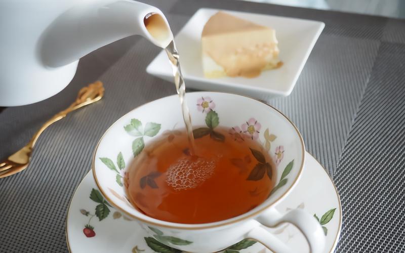 紅茶を淹れる
